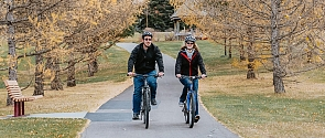 Couple biking in Kingswood Park