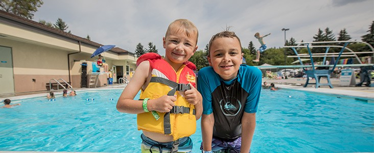 kids playing at grosvenor pool